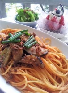 ナスとひき肉の辛味トマトパスタ